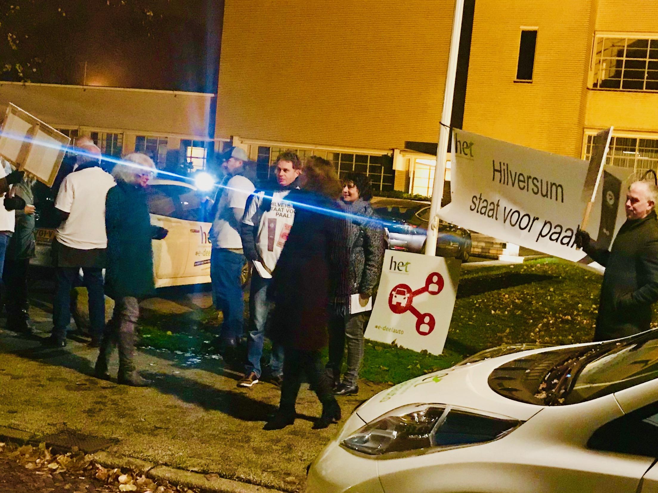 Protestactie voor e-deelauto's bij gemeente Hilversum